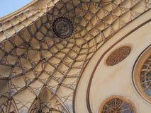 在伊朗传统宫殿的美丽的天花板设计马赛克 免版税图库摄影