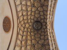 在伊朗传统宫殿的美丽的天花板设计马赛克 库存图片