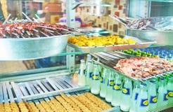 在伊朗咖啡馆windowcase的Kebabs  库存照片