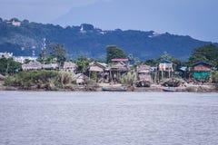 在伊洛瓦底省河旁边的缅甸木房子 库存图片