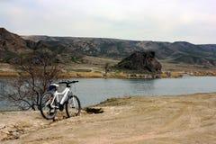 在伊犁河峡谷的自行车旅行 库存照片