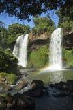 在伊瓜苏瀑布的姐妹秋天在阿根廷 库存照片