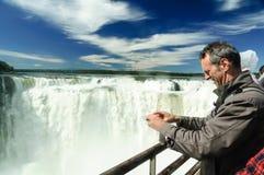 在伊瓜苏瀑布的Turists 免版税库存照片