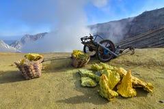 在伊真火山印度尼西亚的硫磺采矿 库存照片