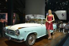 在伊莎贝拉小轿车古董车的一个时装模特儿 免版税库存照片