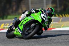 在伊莫拉电路的超级摩托车实践期间大英国川崎赛跑的队的汤姆Sikes在行动乘坐 库存照片