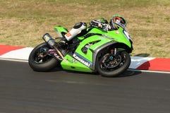 在伊莫拉电路的超级摩托车实践期间大英国川崎赛跑的队的汤姆Sikes在行动乘坐 免版税库存照片