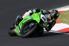 在伊莫拉电路的超级摩托车实践期间大英国川崎赛跑的队的汤姆Sikes在行动乘坐 免版税图库摄影