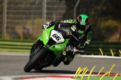 在伊莫拉电路的超级摩托车实践期间大英国川崎赛跑的队的汤姆Sikes在行动乘坐 库存图片