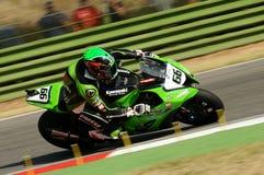 在伊莫拉电路的超级摩托车实践期间大英国川崎赛跑的队的汤姆Sikes在行动乘坐 图库摄影
