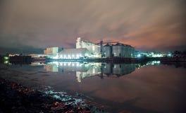 在伊洛伊洛省射击的工厂夜 库存图片