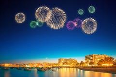 在伊维萨岛海岛夜视图下的美丽的烟花 免版税图库摄影