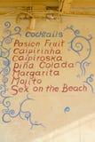 在伊维萨岛海滩的鸡尾酒黑板 免版税图库摄影