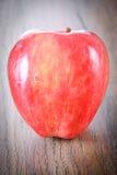 在伍迪背景的红色苹果计算机 免版税库存图片