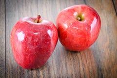 在伍迪背景的红色苹果计算机 免版税图库摄影