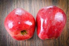 在伍迪背景的红色苹果计算机 图库摄影