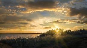 在伏尔加河俄罗斯的日落在一个夏天晚上 库存图片