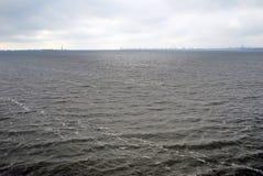 在伏尔加河全景的多暴风雨的天气 库存图片