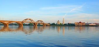 在伏尔加河和伏尔加河的右岸的桥梁 免版税库存照片