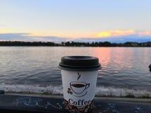 在伏尔加河堤防的早晨咖啡 库存照片