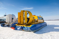 在伏尔加河堤防的气垫船运输者在翼果,俄罗斯 库存照片