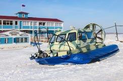 在伏尔加河堤防的气垫船运输者在翼果,俄罗斯 免版税库存图片