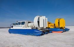在伏尔加河堤防的气垫船运输者在翼果,俄罗斯 库存图片