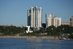 在伏尔加河堤防的现代大厦在翼果 免版税库存照片