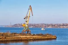 在伏尔加河的口岸起重机 Kineshma 俄国 免版税库存图片