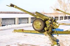在伏尔加河的堤防的122 mm短程高射炮D30 wint的 免版税图库摄影