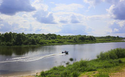 在伏尔加河的小船 夏天横向 库存照片