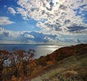 在伏尔加河的明亮的秋天天 库存照片