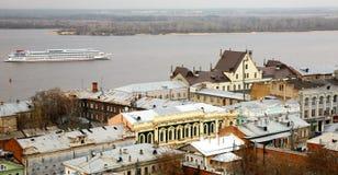 在伏尔加河的晚上巡航沿最古老的stree 免版税库存图片