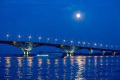 在伏尔加河的桥梁在市萨拉托夫和恩格斯,夏天晚上之间 图库摄影