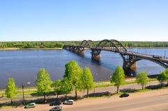 在伏尔加河的桥梁在市雷宾斯克 俄国 免版税库存图片