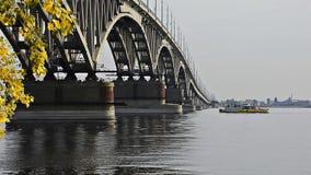在伏尔加河的桥梁在萨拉托夫 影视素材
