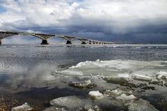 在伏尔加河的桥梁 库存照片