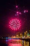 在伏尔加河的烟花在萨拉托夫,俄罗斯 晚上都市风景 街道的人们 库存图片