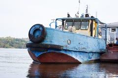 在伏尔加河的老货船 库存照片
