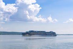 在伏尔加河的舒适的马达船 免版税库存照片