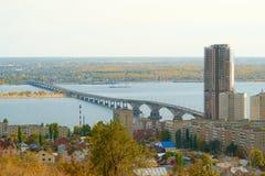 在伏尔加河的萨拉托夫恩格斯桥梁 库存图片