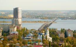 在伏尔加河的萨拉托夫恩格斯桥梁 库存照片