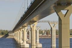 在伏尔加河的跳舞桥梁 免版税图库摄影