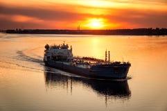 在伏尔加河的驳船 库存图片