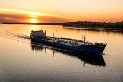 在伏尔加河的驳船 免版税库存图片