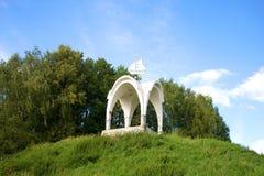 在伏尔加河iriver的银行的白色眺望台在公园 雷宾斯克,雅罗斯拉夫尔市地区 库存照片