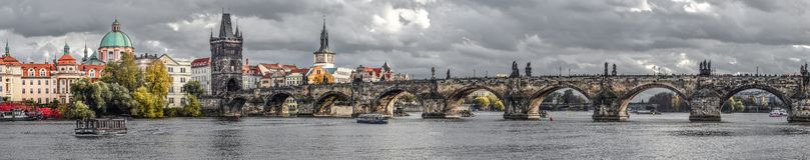 在伏尔塔瓦河河、查理大桥和布拉格城堡,捷克的全景秋天河视图 老布拉格城镇 全景 免版税库存照片