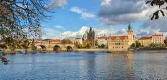 在伏尔塔瓦河河、查理大桥和布拉格,捷克老镇的美好的秋天视图  免版税库存照片
