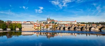 在伏尔塔瓦河河和Gradchany布拉格城堡a的查尔斯桥梁 库存图片