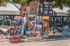 在伏尔塔瓦河河旁边的美术画廊商店 免版税库存图片